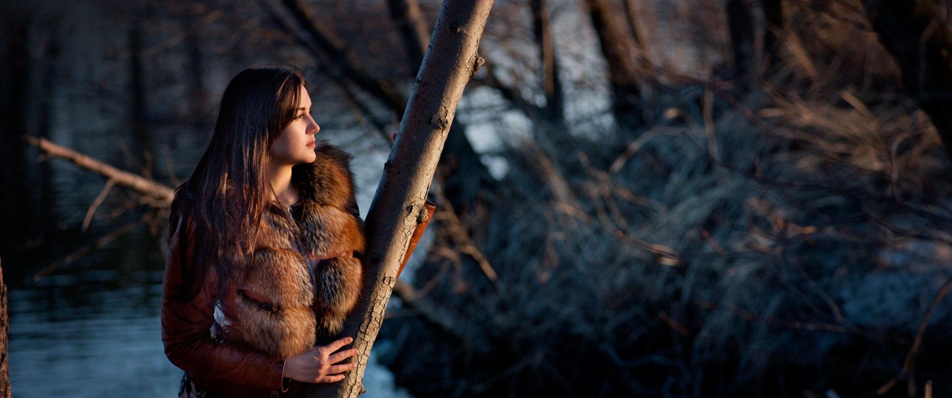 Frau mit Pelz im Sonnenaufgang